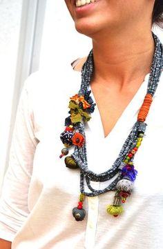 collier de tissu textile bijoux .fabric jewlry.colorfull fabriqué à la main. l'un des types.