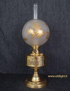 """Lampada  di origine Tedesca prodotta dalla Ditta  Hugo Schneider  realizzata in ottone sbalzato;  Bruciatore Hugo Schneider Kosmos 12""""'; Tubo vetro  per Kosmos 12""""'; Paralume  globo  in cristallo con decorazioni """"dragone"""" in oro."""