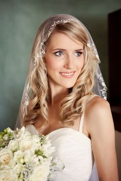 Delicate mantilla veil and relaxed waves
