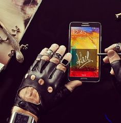 Même Karl Lagerfeld, le grand couturier est accro à son #GalaxyNote3 ! #Samsung #Karl #Lagerfeld #Galaxy #Style