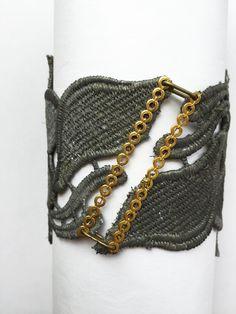Brazalete victoriano hecho a mano, en encaje teñido en plata oscura combinado con un broche de cristal checo rodeado de pequeños cristalitos y apliques en color dorado.
