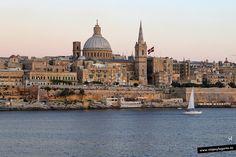 Barquito frente a La Valeta... en la Isla de Malta.