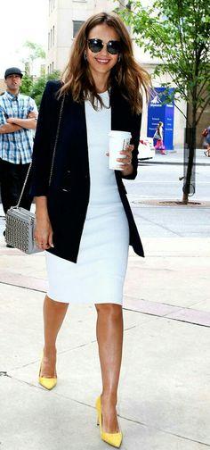 E por falar em looks com casaco e vestido, a Jessica Alba resolveu apostar neste estilo e arrasou! Ela usou uma combinação criativa e fashion de blazer marinho, vestido branco e scarpin amarelo. Linda! #creative #fashion #style #jessicaalba