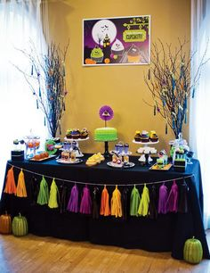 Una guirnalda de flecos de colores neón, para una mesa de dulces Halloween muy original! / A cool neon tassel garland for an original Halloween sweet table