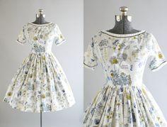 Increíble Vestido de algodón de los años 1950 originales Lanz ofrece una impresión magnífica novedad botánica. Ric-rac ajuste en el escote y las mangas. Broches de presión y arcos decorativos en las mangas. Quemadas de la cintura y falda plisada. broches botones y gancho y del ojo hasta la parte trasera del vestido. Muy buen estado vintage. Nota: he visto una o dos pequeñas marcas en la falda, no visible al usar. Enagua de usar debajo de la falda para la plenitud agregada. Etiqueta Lanz…