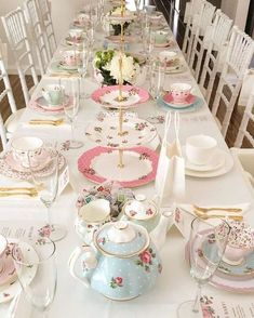 kuchen tisch Inviting friends and colleagues for a tea party can be fun. As the host, you want to impress your guests by throwing an unforgettable party. Check out these seven tips on tea Bridal Shower Tea, Tea Party Bridal Shower, Shower Baby, Tea Party Wedding, High Tea Wedding, Baby Showers, Wedding Table, Wedding Ideas, Girls Tea Party