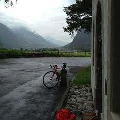 Bij een kerkje schuilen, ik fiets parallel aan de autobahn die naar   de Gotthardtunnel gaat.
