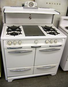 I would love a vintage stove! This one reminds me of Debras stove on Everybody Loves Raymond :) home-decorating-ideas Vintage Kitchen Appliances, Kitchen Stove, Old Kitchen, Kitchen And Bath, Kitchen Gadgets, Kitchen Dining, Home Appliances, Retro Kitchens, Old Stove