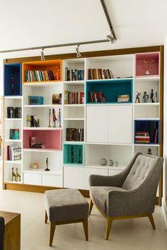 Bom dia com essa marcenaria colorida que anima qualquer ambiente! Living Room Bookcase, Living Room Storage, Room Shelves, Home Library Design, House Design, Karton Design, Muebles Living, Style Deco, Colorful Furniture