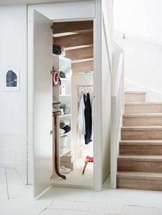 Plass til mer under trappa Staircase Storage, Staircase Handrail, Stairs In Kitchen, Under Stairs Cupboard, Staircase Interior Design, Home Interior Design, House Stairs, Cupboard Storage, Tiny House Design