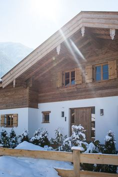 Andreas Erlacher Architekt – rustic home exterior Rustic Houses Exterior, Modern Exterior, Exterior Design, Modern Rustic Homes, Rustic Home Design, Rustic Staircase, Chalet Style, Beautiful Pools, Architecture
