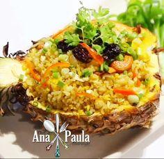 O contraste de sabores da comida tailandesa é incrível!!!! Arroz tailandes... --------------------------------------- Ingredientes: 2 xícaras de arroz, cozido 250 g filé de coxa de frango, em cubos 6 camarões grandes descascados 1 xícara de abacaxi fresco, picado (reserve a casca) 1/2 xícara ervilhas congeladas 1 cebola média picada 1 colher de sopa de caril em pó 2 colheres de sopa de molho de peixe 2 colheres de sopa de molho de soja 3 colheres de sopa de óleo Pimenta Sal à gosto Modo de…