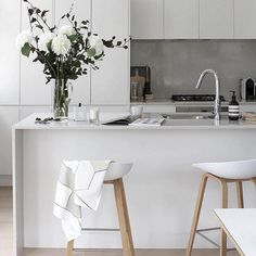 contemporary kitchen stools a white kitchen contemporary stools with backs contemporary bar stools swivel ideas kitchen contemporary kitchen bar stools Home Decor Kitchen, Kitchen Interior, New Kitchen, Kitchen White, Kitchen Modern, Kitchen Contemporary, Kitchen Ideas, Design Kitchen, Modern Bar