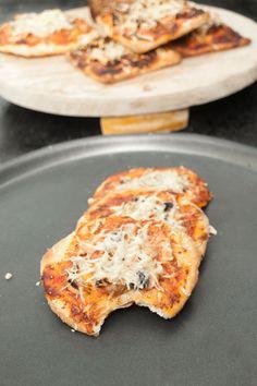 Mini Pizza Recipe with Mushrooms. Mini Pizza with Mushrooms Recipes Delicious mini veg pizza bites with mushrooms. People love them with aperitif, I enjoy them as a snack! Mini Pizza Recipes, Snack Recipes, Cooking Recipes, Snacks, Pastry Recipes, Mushroom Appetizers, Mushroom Recipes, Veg Pizza, Pizza Bites