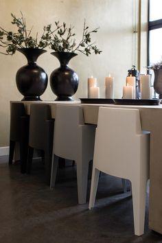 Stoere kunststof stoel in 'box-vorm'. Deze stoelen geven je keukentafel een unieke uitstraling. www.molitli.nl