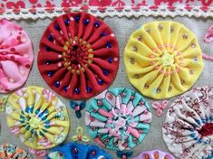 ヨーヨーキルトポーチ 2 Yo Yo Quilt, Diy And Crafts Sewing, Textiles, Applique Quilts, Fabric Flowers, Fiber Art, Creations, Kids Rugs, Crafty