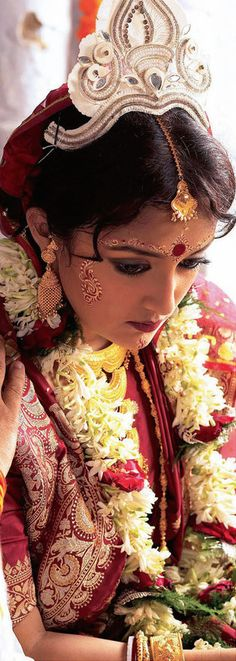 Bengali Hindu Bride from West bengal. You will find top makeup artists at… Bengali Wedding, Bengali Bride, Hindu Bride, Desi Wedding, Wedding Looks, Bridal Looks, Bengali Bridal Makeup, Bengali Culture, Indian Bridal Wear