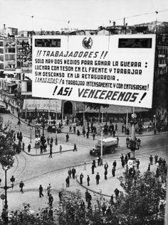 David Seymour . Cartel de la Central Nacional de Trabajadores. Guerra Civil Española.No creo que sea Madrid, pero....