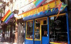 Essa imagem é do bar lésbico O Ginger's Bar, no Brooklyn, em Nova York. Ela compõe o texto em que fala sobre a dificuldade de se ter bares lésbicos atualmente.  A reportagem ainda cita bares lésbicos em São Paulo e Londres.