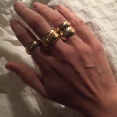Este posibil ca imaginea să conţină: unul sau mai mulţi oameni şi inel Jewelry Box, Fine Jewelry, Jewellery, Wide Wedding Bands, Vintage Style Rings, Anniversary Rings, Fashion Rings, Birthstones, Gold Rings