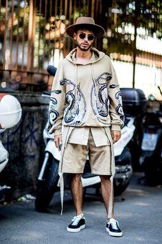On the street at Milan Fashion Week Men's. #mensfashion #hoodie #brownhat #mensstreetstyle Milan Men's Fashion Week, Fashion Week Hommes, Spring Fashion Trends, Street Fashion, Fashion Hair, Fashion 101, Fashion Outfits, Dope Fashion, Ethnic Fashion