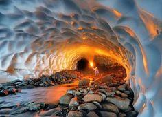 Un túnel de nieve iluminado, en Rusia.