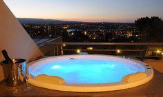 Ubicado en el cerro del Ensueño a 12 cuadras del centro, cuenta con piscina con tina de hidromasajes, Wi-Fi, Kids club, entre otros