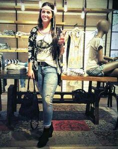 How to wear #FRINGES: Kimonojacke mit Fransen - Tom Tailor Denim, Shirt - Key Largo,  Destroyed Jeans - Tommy Hilfiger, Gürtel - Vanzetti, Fransentasche - s.Oliver, Kette - Samaya #fashion #stylingtutorial  www.mensing.com