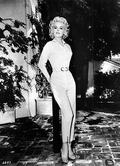 Capri pants and short blouse set SO Audrey Hepburn houndstooth . Fifties Fashion, Retro Fashion, Vintage Fashion, Womens Fashion, 1950s Fashion Pants, 90s Fashion, Fashion Dresses, Vintage Glamour, Vintage Beauty