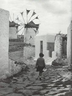 Γράφει ο Οικοδόμος // Οι περισσότεροι έχουμε συνδέσει τον Κώστα Μπαλάφα με τις σπουδαίες φωτογραφίες του από το έπος της ΕΑΜικής αντίστασης (Ελασίτης ο ίδιος) στην Ήπειρο και τις ασπρόμαυρες εικόνες των «πέτρινων» χρόνων της Ελλάδας, που εστιάζουν στα άγρια ορεινά τοπία και στα σκαμένα πρόσωπα των ανθρώπων του μόχθου. Ο ίδιος έλεγε: «Όλοι με…