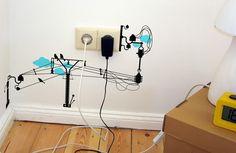 Camuflagem de fios com desenho <3 | 30 jeitos de decorar sua casa como você nunca imaginou (e com apenas R$10)