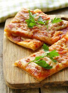 Pizza z lístkového cesta Pepperoni Pizza Puffs, Tomato Sauce, Bruschetta, Parsley, Picnic, Ethnic Recipes, Pane, Food, Basket