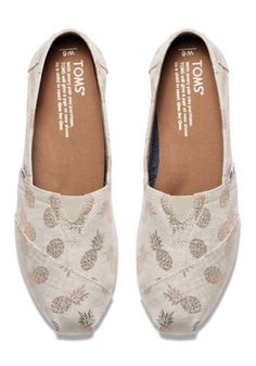 I love some of the random fun prints Toms has on their shoes! They can add a pop to a monochromatic outfit or just do a little extra in a good way. Love!