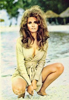 Raquel Welch is the brunette bombshell. lovvvvve This was my idol at None of my friends knew who she was but she was inspired beauty to me! Hollywood Glamour, Hollywood Stars, Classic Hollywood, Old Hollywood, Gary Glamour, Divas, Raquel Welch Young, Gorgeous Women, Beautiful People