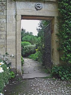 Garden gate -- reminds me of garden gates I saw at Warwick Castle and Sudeley Castle. Makes you want to find out what lies beyond, doesn't it?