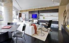 Modernes Wohnzimmer Mit Dunklen Holzböden Ideen #wohnzimmer #solebeich  #solebich #einrichtungsberatung #einrichtungsstil