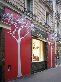 Fachada de cárter en la que parece que los árboles salen de la fachada. Alberto Soto. Cartier Paris, is counting on a white Christmas, pinned by Ton van der Veer