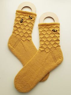 Mitten Gloves, Mittens, Slipper Socks, Slippers, Fun Crafts, Arts And Crafts, Drops Design, Knitting Socks, Knitting Patterns