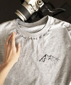"""""""Tous mes rêves se réalisent"""" And what about yours? To make your dreams come t. Hand Embroidery Art, Embroidery On Clothes, Embroidered Clothes, Embroidery Designs, T Shirt Embroidery, T-shirt Broderie, Diy Vetement, T Shirt Diy, Men Shirt"""