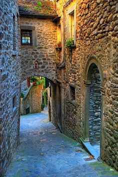 Medieval Street, Tuscany, Italy  -  Italy is FULL of back streets like this!!!!  Love it!!