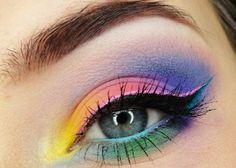 maquillage yeux avec crayon en bleu et rose et fard à paupières arc-en-ciel
