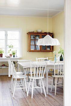 Det är en trevlig bordslampa, kanske passar över spel- och läxbordet.