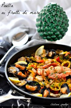 Paella ai frutti di mare - Paella with seafood #paella #fruttidimare #fruitsdemer #seafoodrecipes #seafoodrecipes #cocinas #rice #riso #risotto #ricette #ricetta #recipes #español #spanish #recetas #recetasdeliciosas #recette Sicilian, Kung Pao Chicken, Ratatouille, My Recipes, Cantaloupe, Seafood, Food Porn, Food And Drink, Pizza
