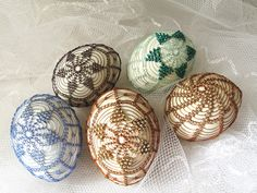 Egg Tree, Egg Designs, Wire Art, Easter Eggs, Decorative Plates, Baby, Crafts, Home Decor, Manualidades