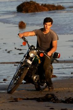 Team Jacob fans, this one's for you! Taylor Lautner stripped down and hopped on a motorcycle to pose for some photos on the beach in LA yesterday for an Taylor Lautner, Twilight Series, Twilight Movie, Fan Fiction, Jacob Black Twilight, Taylor Jacobs, Twilight Pictures, Shia Labeouf, Logan Lerman