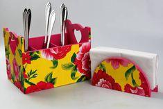 Kit com porta talheres e porta guardanapo em madeira MDF forrados com tecido floral por fora e pintado por dentro. R$ 50,00