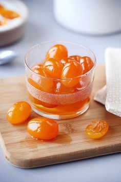 Les Kumquats sont de très petits agrumes de 2 à 5 cm de long originaires de Chine. Ils possèdent une peau fine qui se consomme. Sa chair, acidulée et parfo