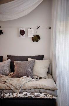엄마 품처럼 아늑한 공간을 만드는 데 관심이 많아요. 패브릭을 걸고, 여러 개의 쿠션과 담요를 걸쳐 손쉽게 연출할 수 있어요.