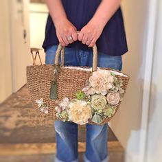 ありがたいことに好評をいただいておりますかごバッグ。minne のネットショップにアップするとすぐに売り切れる状態が続いております。自分でもビックリしてい... Diy Tote Bag, Tote Bags Handmade, Crotchet Bags, Tree Bag, Diy Sac, Ethnic Bag, Embroidery Bags, Flower Bag, Straw Handbags