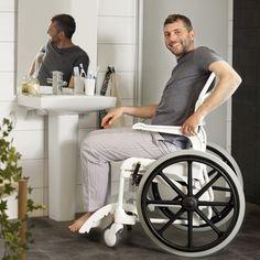 """Die grossen Antriebsräder ermöglichen aktiven Nutzern das leichte Manövrieren im Bad. Der Dusch- und Toilettenstuhl Clean 24"""" hat alle Vorzüge des Standardmodells – den nach hinten offenen Sitz, abschwenkbare Armlehnen, die praktische Fussplatte usw. Die grossen Antriebsräder ermöglichen aktiven Nutzern das leichte Manövrieren im Bad."""